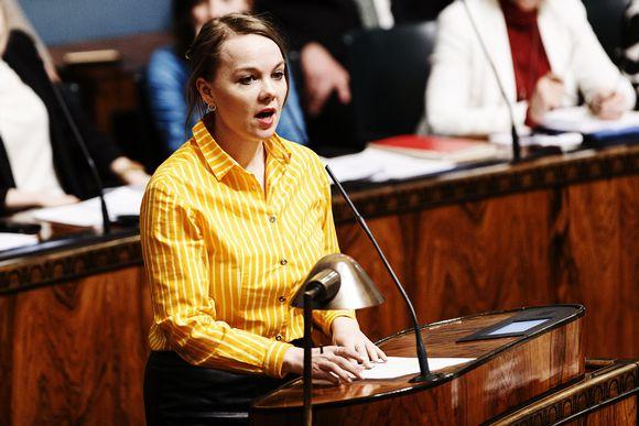 Valtiovarainministeri Katri Kulmuni puhuu eduskunnassa.
