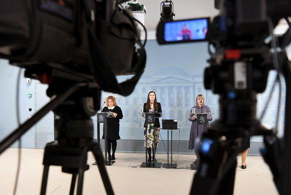 Krista Kiuru, Sanna Marin ja Aino-Kaisa Pekonen hallituksen tiedotustilaisuudessa Helsingissä.