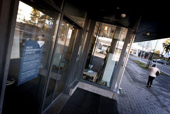 Koronatiedotteita Haartmanin sairaalan sisäänkäynnillä HUS:n sairaala-alueella Helsingissä