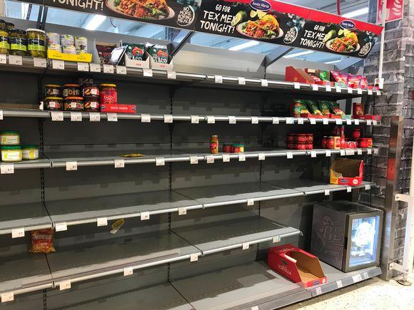 Koronaviruksen aiheuttama ostovimma on tyhjentänyt kauppojen hyllyjä. Pitkään säilyvät elintarvikkeet käyvät kaupaksi.