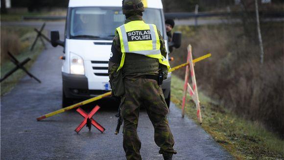 Sotilaspoliisit harjoittelivat epäiltyjen taltuttamista Kaartin Jääkärirykmentin ja Uudenmaan Prikaatin yhteisessä taisteluharjoituksessa Tuusulassa 29. marraskuuta 2011.