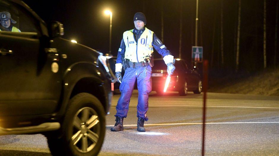 Сотни полицейских и призывников провели бессонную ночь на блок-постах, расположенных на границах Уусимаа