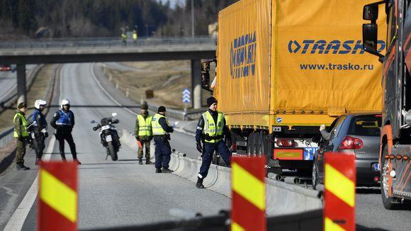 Poliisi ja varusmiehet hiljaisella tarkastuspisteellä Lohjan ja Salon rajalla Ykköstiellä liittymän 20 kohdalla lauantaina 28. maaliskuuta.