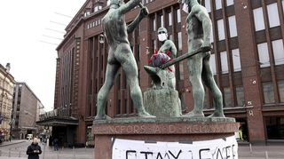 Kolmen sepän patsas sai korona-päivityksen Helsingissä 30. maaliskuuta.