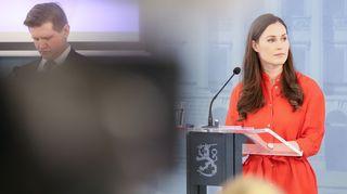 Valtiosihteeri Mikko Koskinen ja Sanna Marin hallituksen infotilaisuudessa 1. huhtikuuta.