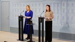 Tiede- ja kulttuuriministeri Hanna Kosonen (kesk.) ja opetusministeri Li Andersson (vas.) hallituksen tiedotustilaisuudessa 2.4.2020.