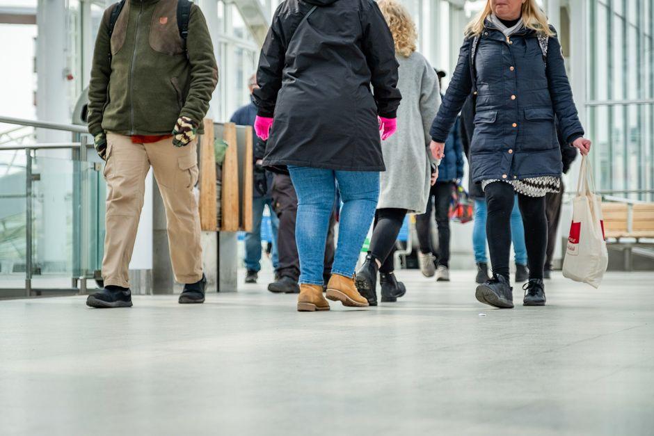 Ihmisiä Vuosaaren metroasemalla.