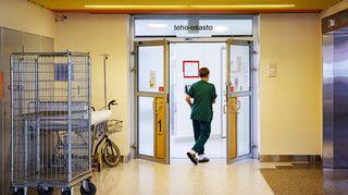 Hoitaja menee teho-osastolle Keski-Suomen keskussairaalassa Jyväskylässä.