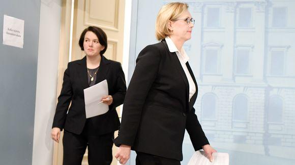 Työministeri Tuula Haatainen (oik.) ja Huoltovarmuuskeskuksen hallituksen puheenjohtaja Ilona Lundström tiedotustilaisuudessa
