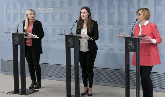 Sisäministeri Maria Ohisalo (vas.), pääministeri Sanna Marin ja oikeusministeri Anna-Maja Henriksson hallituksen koronatilannekatsauksessa Helsingissä 15. huhtikuuta