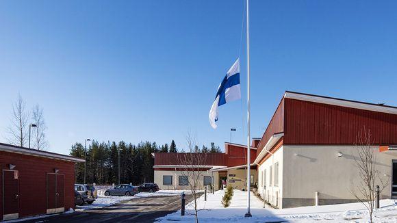 Lippu puolitangossa terveyspalveluyritys Attendon Kallionsydän-hoivakodissa Kiuruvedellä 5. huhtikuuta 2020.