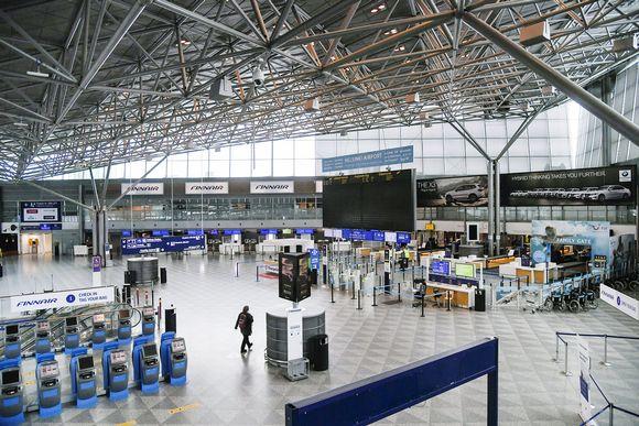 Kuvassa on tyhjä Helsinki-Vantaan lentoasema.