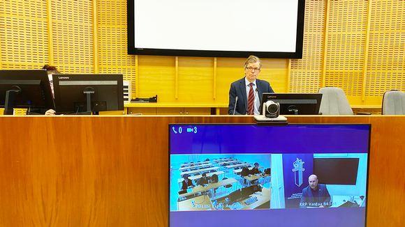 Yhtä epäiltyä esitettiin vangittavaksi Espoon käräjäoikeudessa perjantaina 24.4. Oikeudenkäynti käytiin etäyhteyden avulla. Kuvassa oikeuden puheenjohtaja Juha Lehto, etänä rikoskomisario Jan Aarnisalo KRP:stä, epäilty, tulkki ja asianajaja.