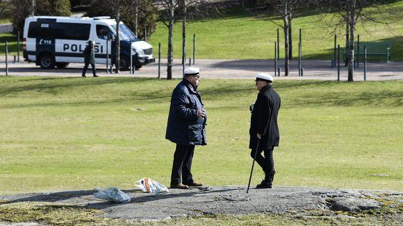 Poliisi seurasi harvoja vappupäivän juhlijoita Helsingin Kaivopuistossa Ullanlinnanmäellä 1. toukokuuta 2020. Vapun traditio saapua vappubrunssille Ullanlinnamäelle jäi hyvin monilta väliin poikkeusolojen myötä.