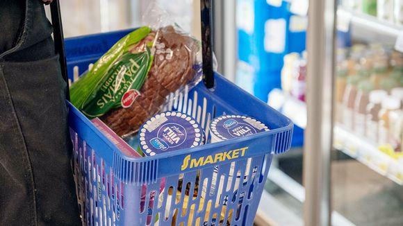 Lähikuva S-marketin ostoskorista ostoksineen.