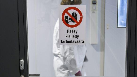 Tartuntavaarasta kertova Pääsy kielletty -kielto laboratoriossa, jossa analysoidaan koronavirusnäytteitä.