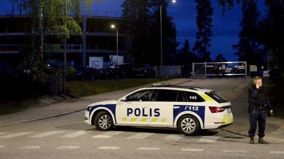 Poliisi ja poliisiauto Espoon Mäkkylässä maanantai-iltana vähän ennen puolta yötä 25. toukokuuta.