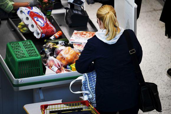 Asiakas pakkaa ostoksiaan kaupassa kauppakeskus Jumbossa.