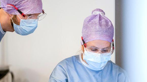 sairaalahenkilökunnalla maskit