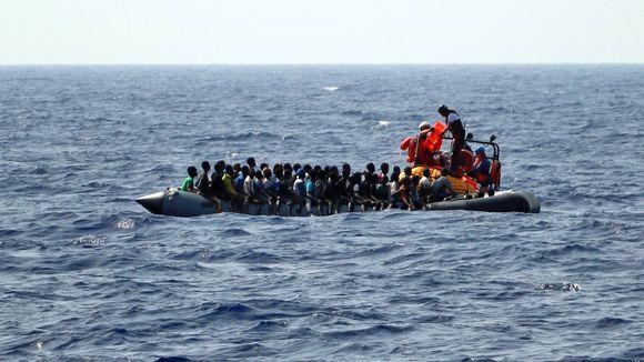 Kuvassa on vene täynnä siirtolaisia Välimerellä.