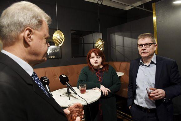 Kuvassa keskustelevat Olli Luukkainen, Millariikka Rytkönen ja Markku Jalonen.