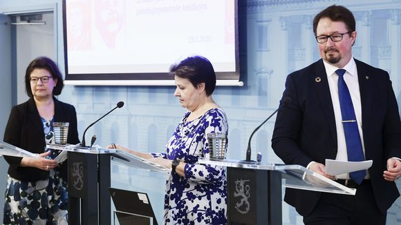 Sosiaali- ja terveysministeriön strategiajohtaja Liisa-Maria Voipio-Pulkki ja kansliapäällikkö Kirsi Varhila sekä THL:n terveysturvallisuusosaston johtaja Mika Salminen kertoivat koronavirustilanteesta Helsingissä.