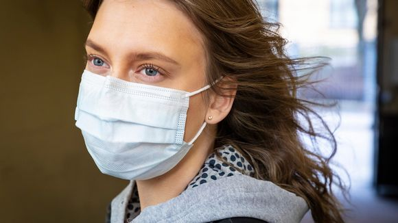 Nainen maski kasvoillaan.