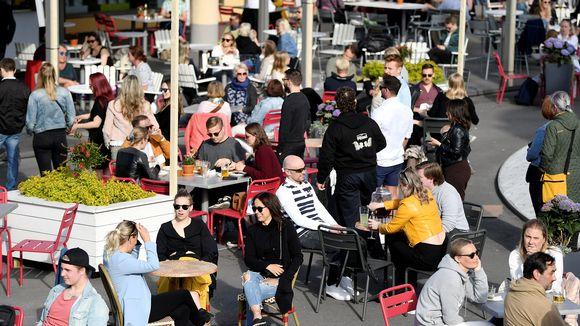 Ihmisiä Lasipalatsin Laiturin terassilla Helsingissä 1. kesäkuuta