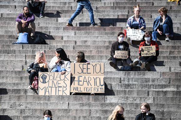 Helsingin Senaatintorilla järjestettävä rasismia vastustava mielenosoitus.