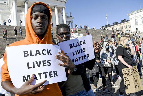 Mielenosoittajia Black Lives Matter Helsinki March -mielenosoituksessa Helsingin Tuomiokirkon edustalla 3. kesäkuuta.