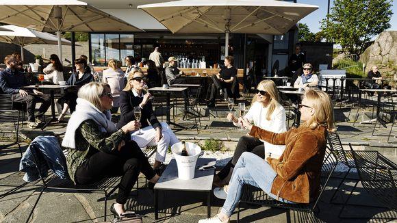Linda, Veera, Nina ja Tiina nauttivat kuplivaa Mattolaiturin terassilla illalla Helsingissä 5. kesäkuuta 2020.