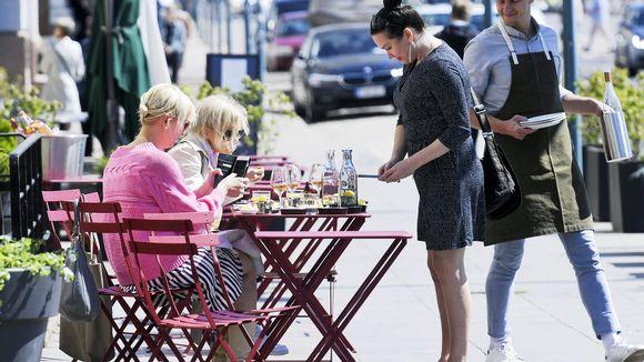 Asiakkaita ravintolan terassilla lounasaikaan Helsingissä 2. kesäkuuta