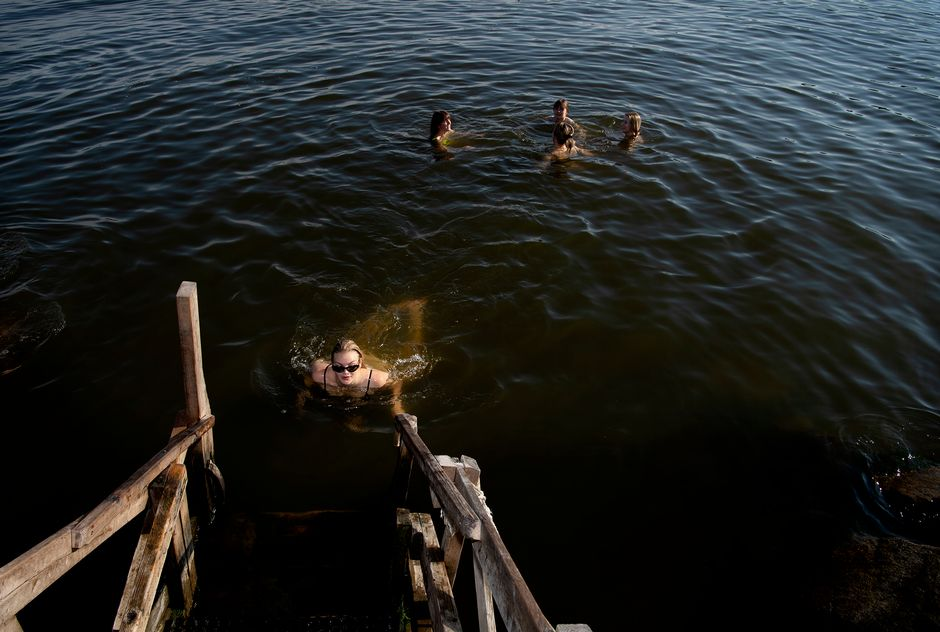 Kaverukset uivat Sompasaaressa.