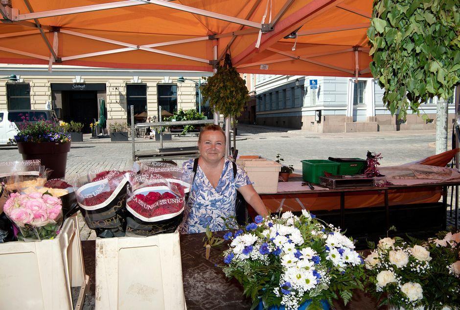 Mervi Kaalinen myy kukkia Kauppatorilla.