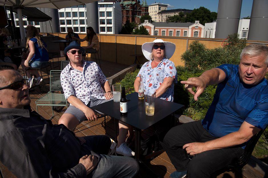 Harri Heiskanen, Eeki Nikulainen, Eeva Kukila ja Simo Brusila juhlivat juhannusra Allas Sea Poolin kattoterassilla