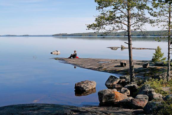 Nainen järven rannalla