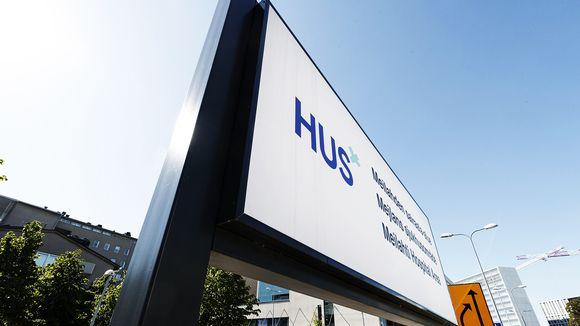 Helsingin ja Uudenmaan sairaahoitopiirin HUS:n kyltti Meilahden sairaala-alueella Helsingissä