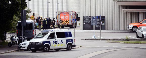Kuvassa on viranomaisia ja pelastushenkilökuntaa Helsingin kaupunginteatterilla.