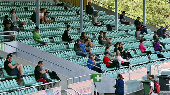 Yleisöä keihäänheiton kutsukilpailussa Harjun stadionilla Jyväskylässä 1. kesäkuuta 2020.