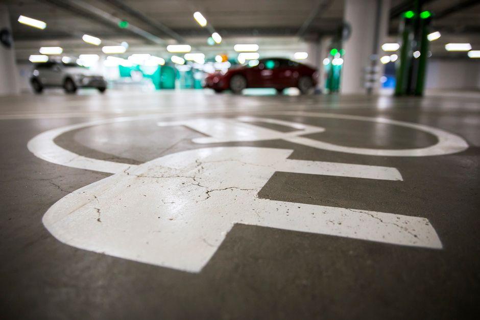 Sähköautoille varattuja parkkiruutuja ostoskeskuksen parkkihallissa.
