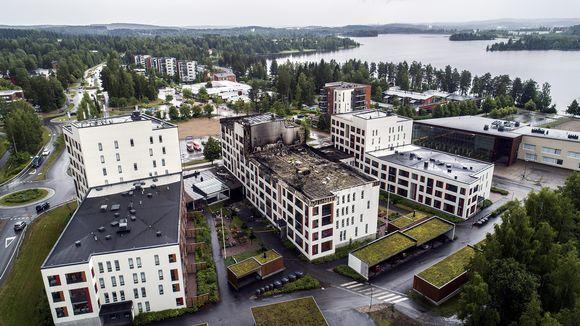 Tulipalon vaurioittama seniorikortteli ilmakuvassa Jyväskylässä 11. heinäkuuta.