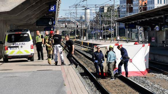 Poliisi tutkii onnettomuutta Tampereella juna-asemalla.