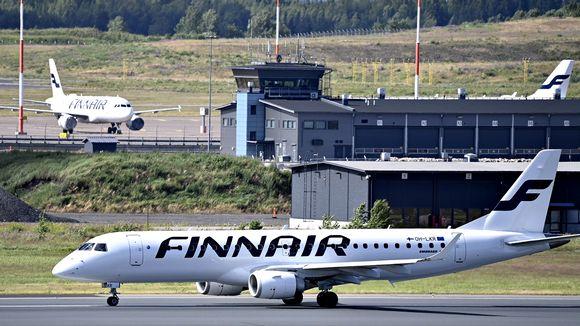 Finnairin lentokone Helsinki-Vantaan lentoasemalla Vantaalla 3. heinäkuuta.