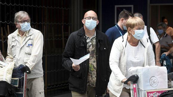 Matkustajia maskeissaan Helsinki-Vantaan lentoasemalla 17. heinäkuuta.