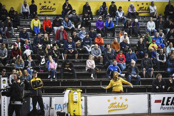 Yleisöä pesäpallon miesten Superpesiksen ottelussa.