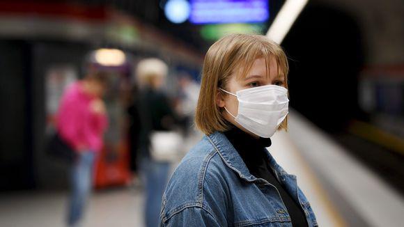 Hengityssuojainta käyttävä nainen Ruoholahden metroasemalla Helsingissä 4. elokuuta