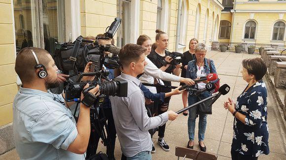 Media haastattelee Kirsi Varhilaa.