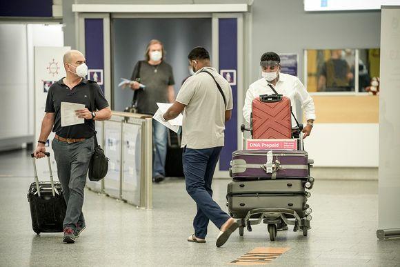 Matkustajia Helsinki-Vantaan lentokentällä perjantai-iltana 7. elokuuta 2020.