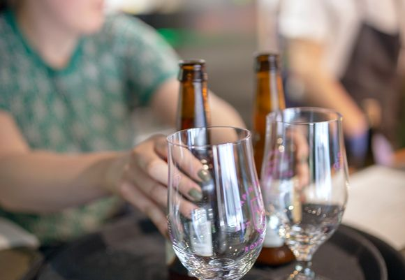 tarjoilija ottamassa oluttarjotinta