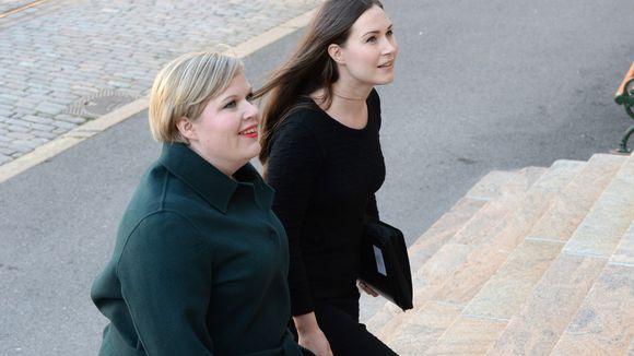 Kaksi naista portailla